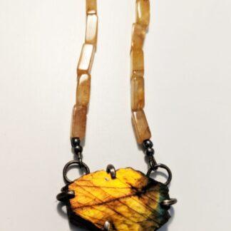 Halskette aus gelben Kalzit mit Labradorit Anhänger